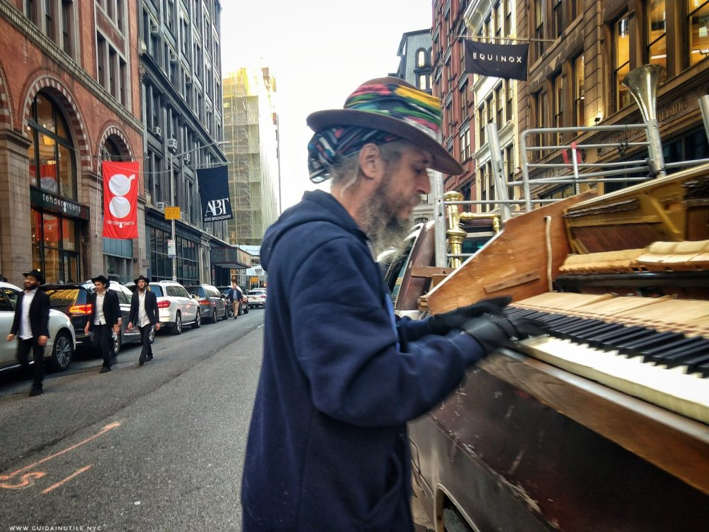 Jehoshaphat Judah suona il piano lungo Broadway