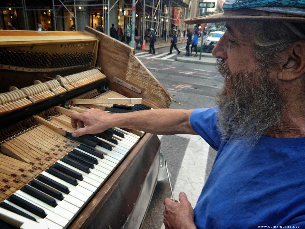 Jehoshaphat Judah mostra l'interno di un pianoforte che sta riparando