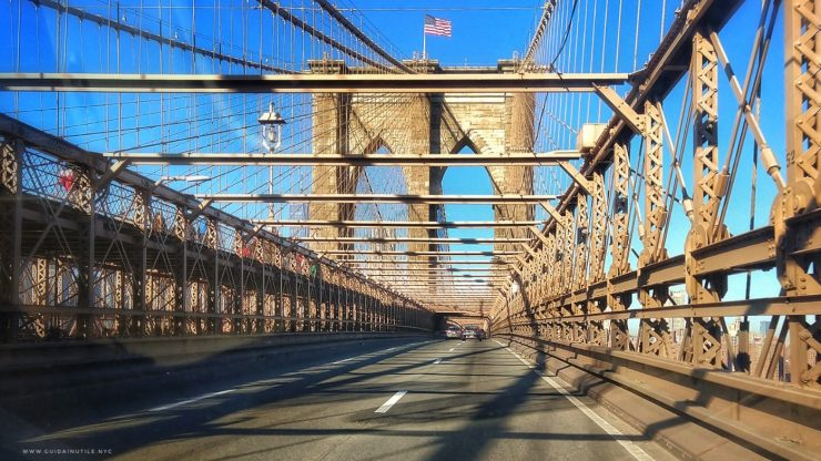New York, attraversando il Ponte di Brooklyn in auto